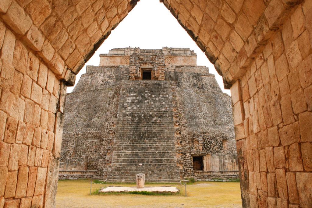pyramide-uxmal-ruines-maya-yucatan