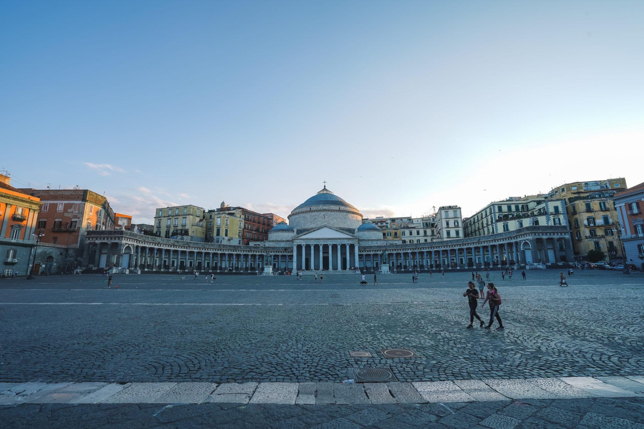 naples-visiter-city-guide-piazza-del-plebiscito