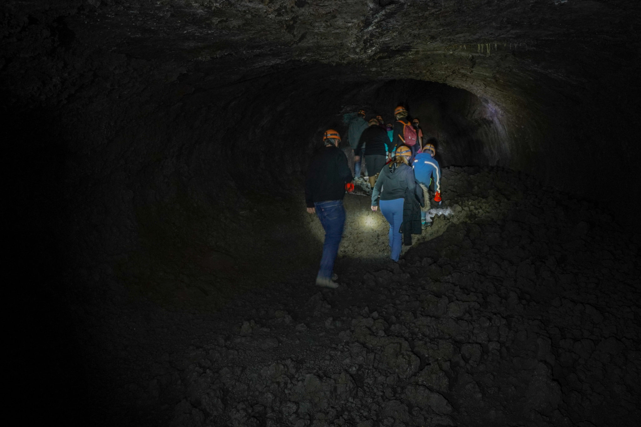 etna-volcan-lave-tunnel-excursion-guide