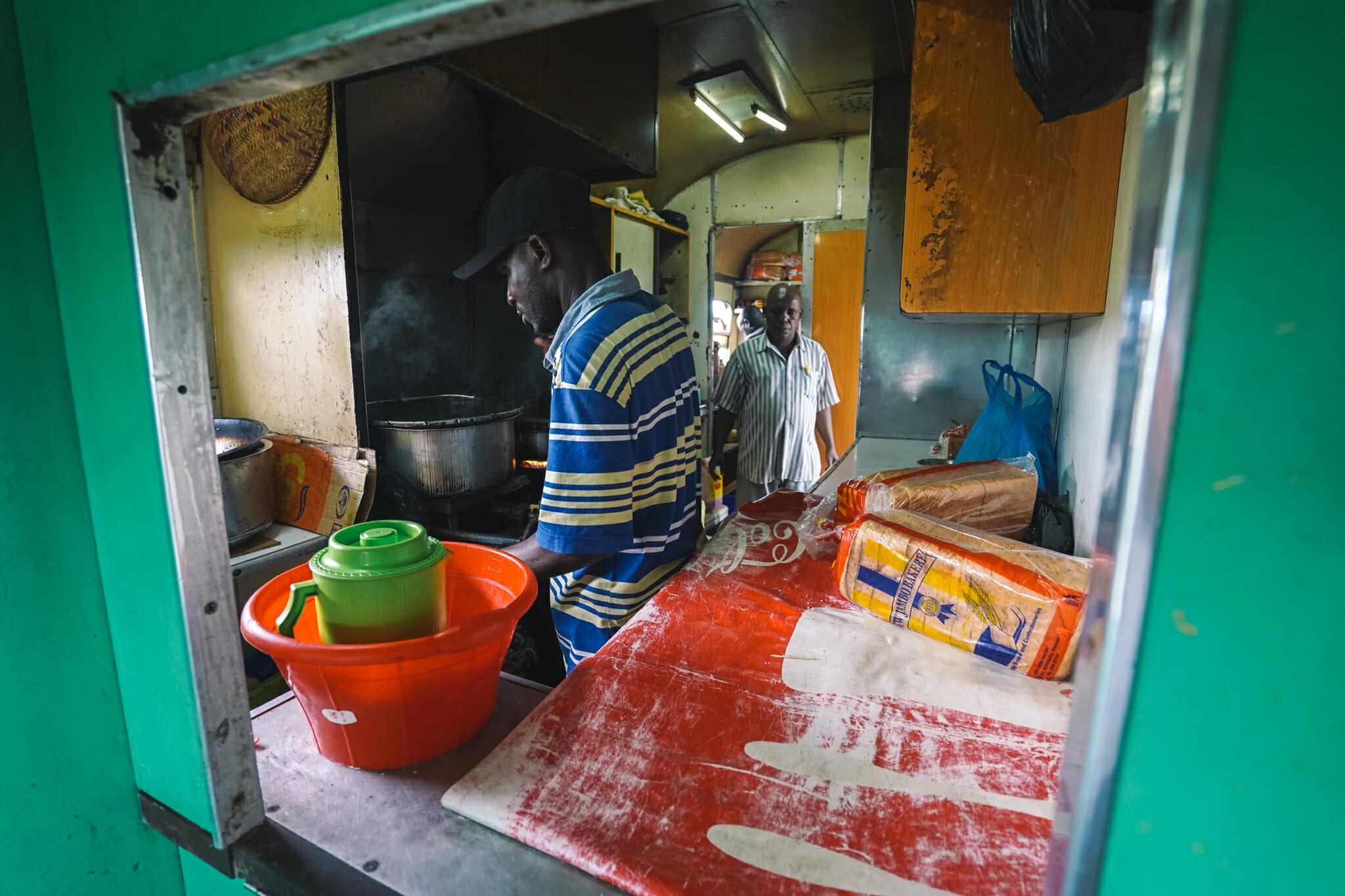 tanzanie-voyage-train-cuisine