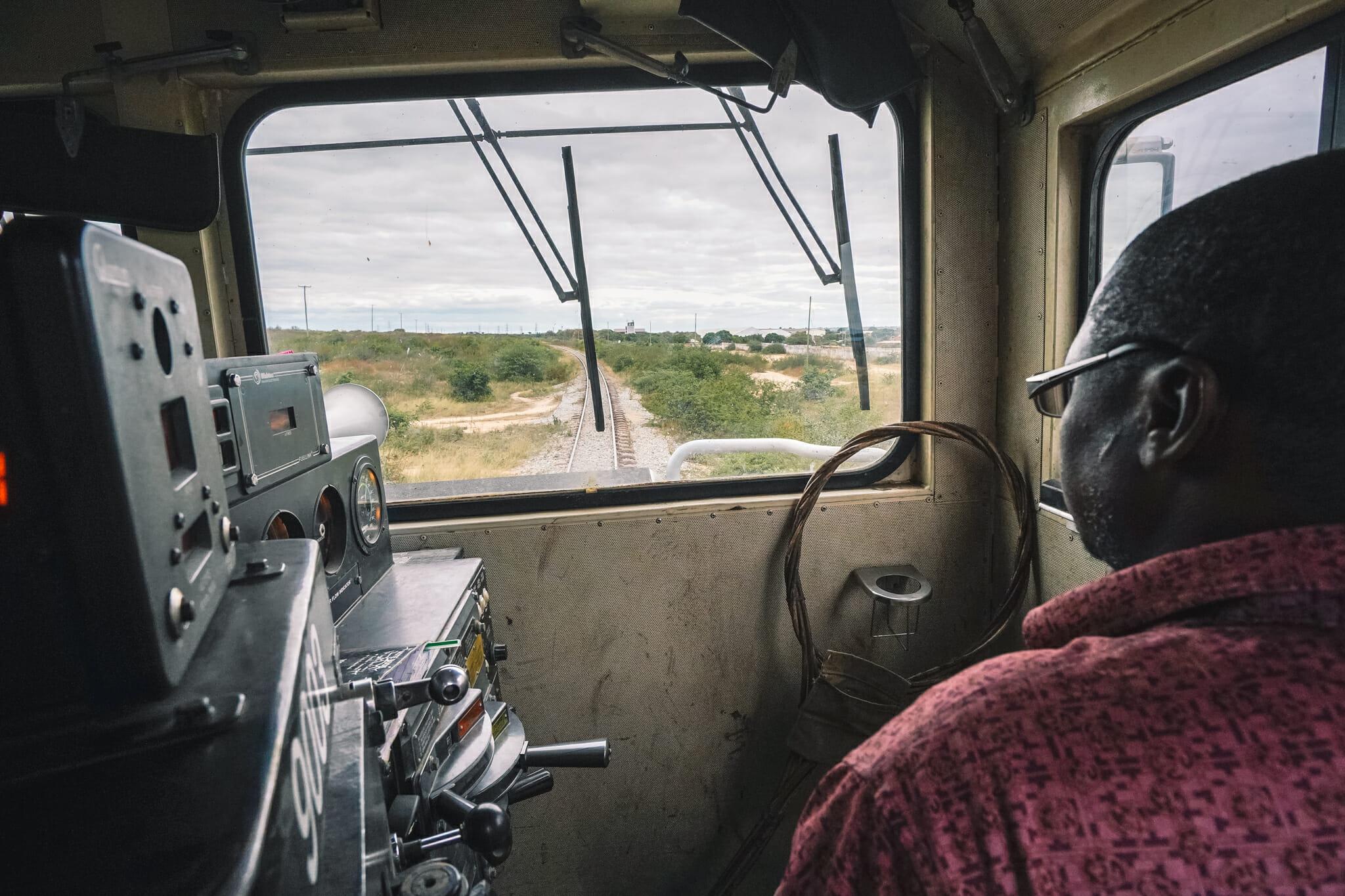 train-tanzanie-voyage-locomotive-conducteur