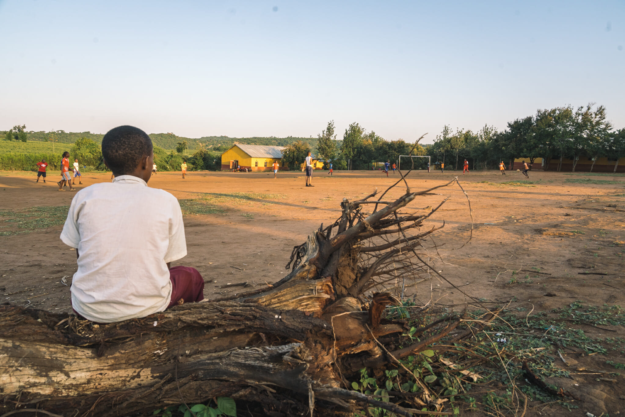 Petite partie de football dans le village de Endallah en Tanzanie