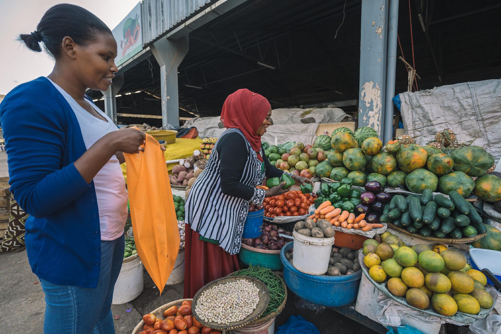 Achats du jour sur le marché de Moshi en Tanzanie