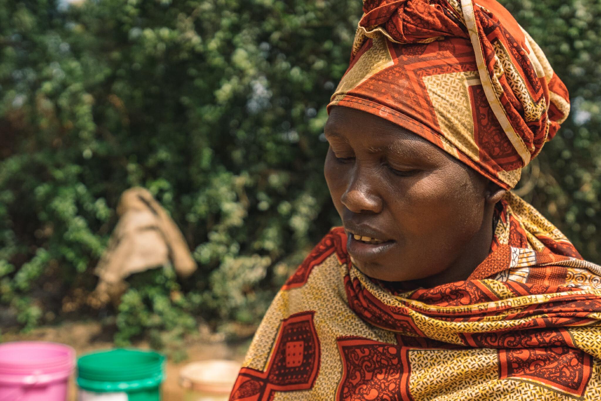 Rencontre avec une femme artisane dans le village de Endallah en Tanzanie