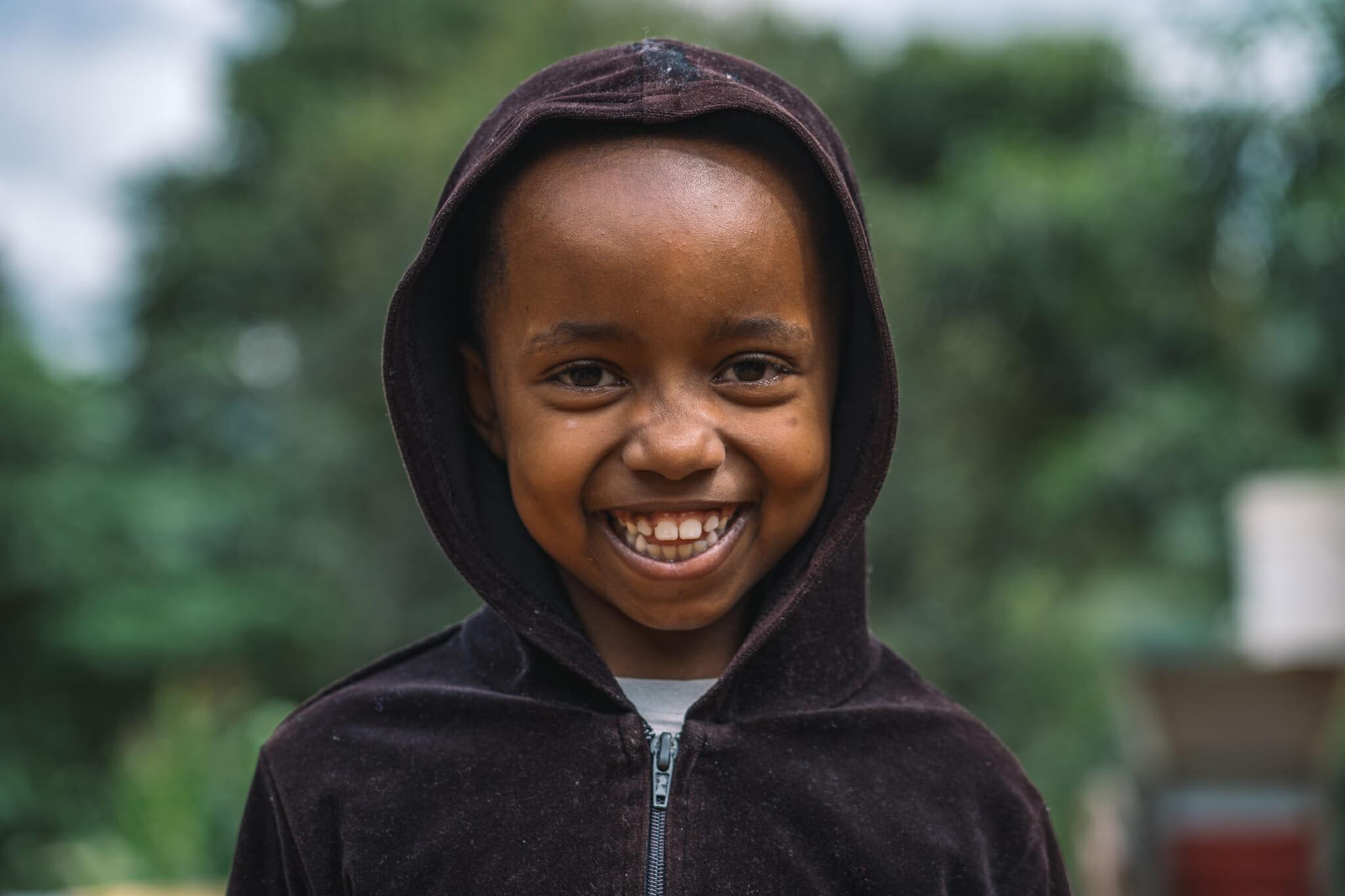 Au coeur d'une ferme de café familiale en Tanzanie, moment de rigolade avec les enfants des fondateurs
