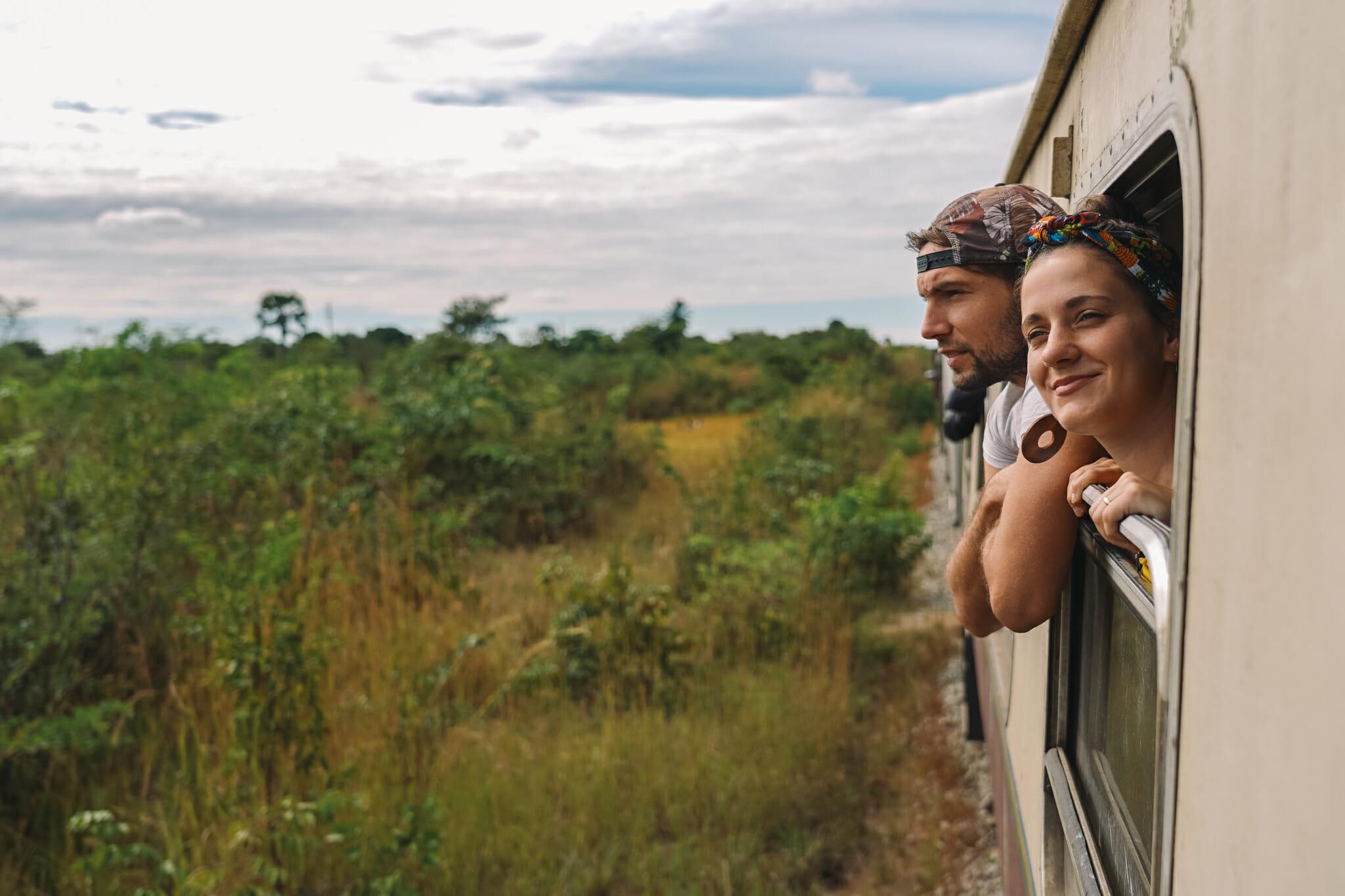 Maryne et Jules dans un train en tanzanie