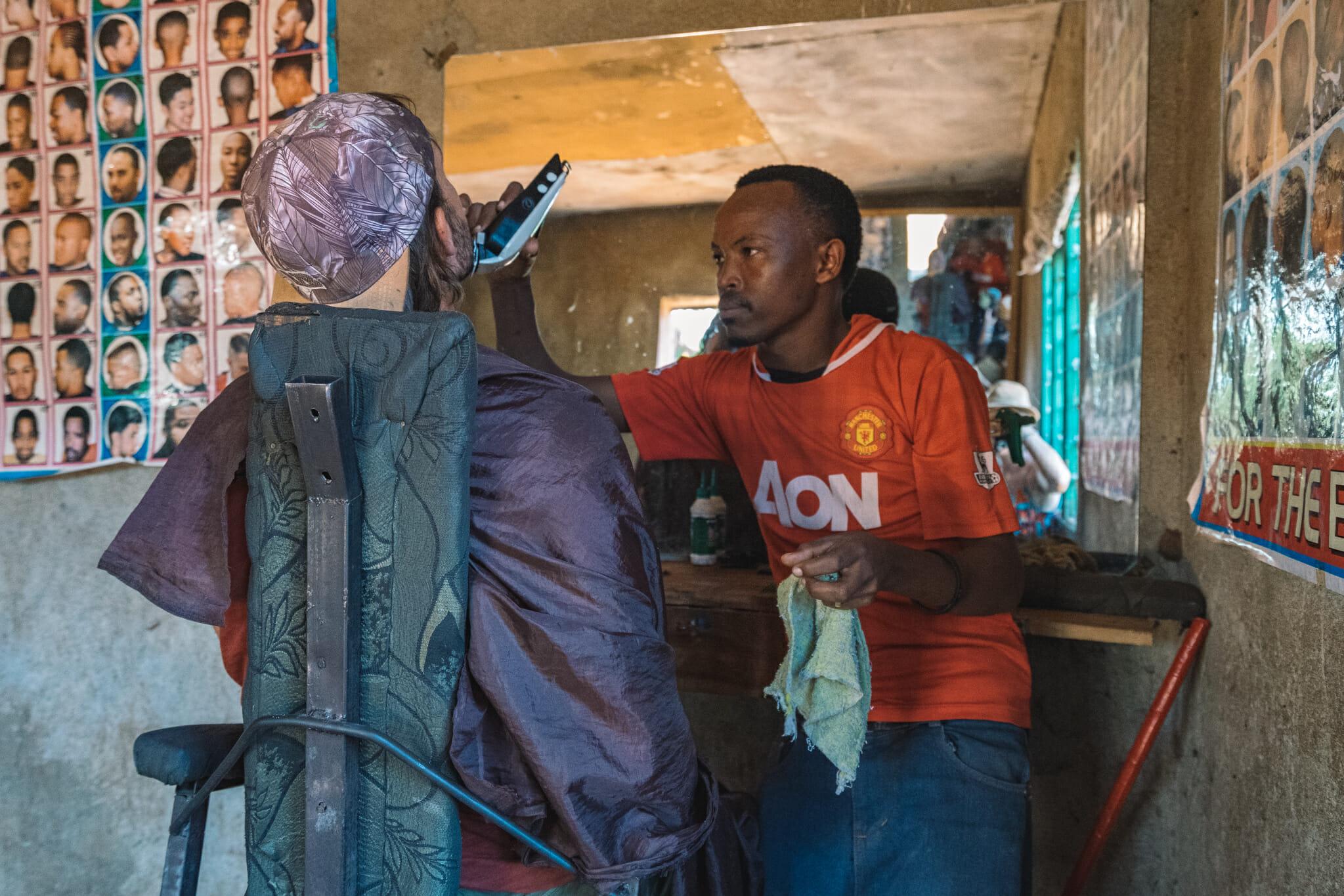 Coiffure avec Zakaria lors de l'immersion dans le village d'Endallah en Tanzanie