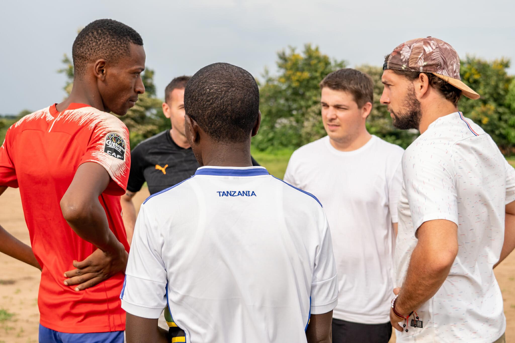 Partie de foot lors de l'immersion dans le village d'Endallah en Tanzanie