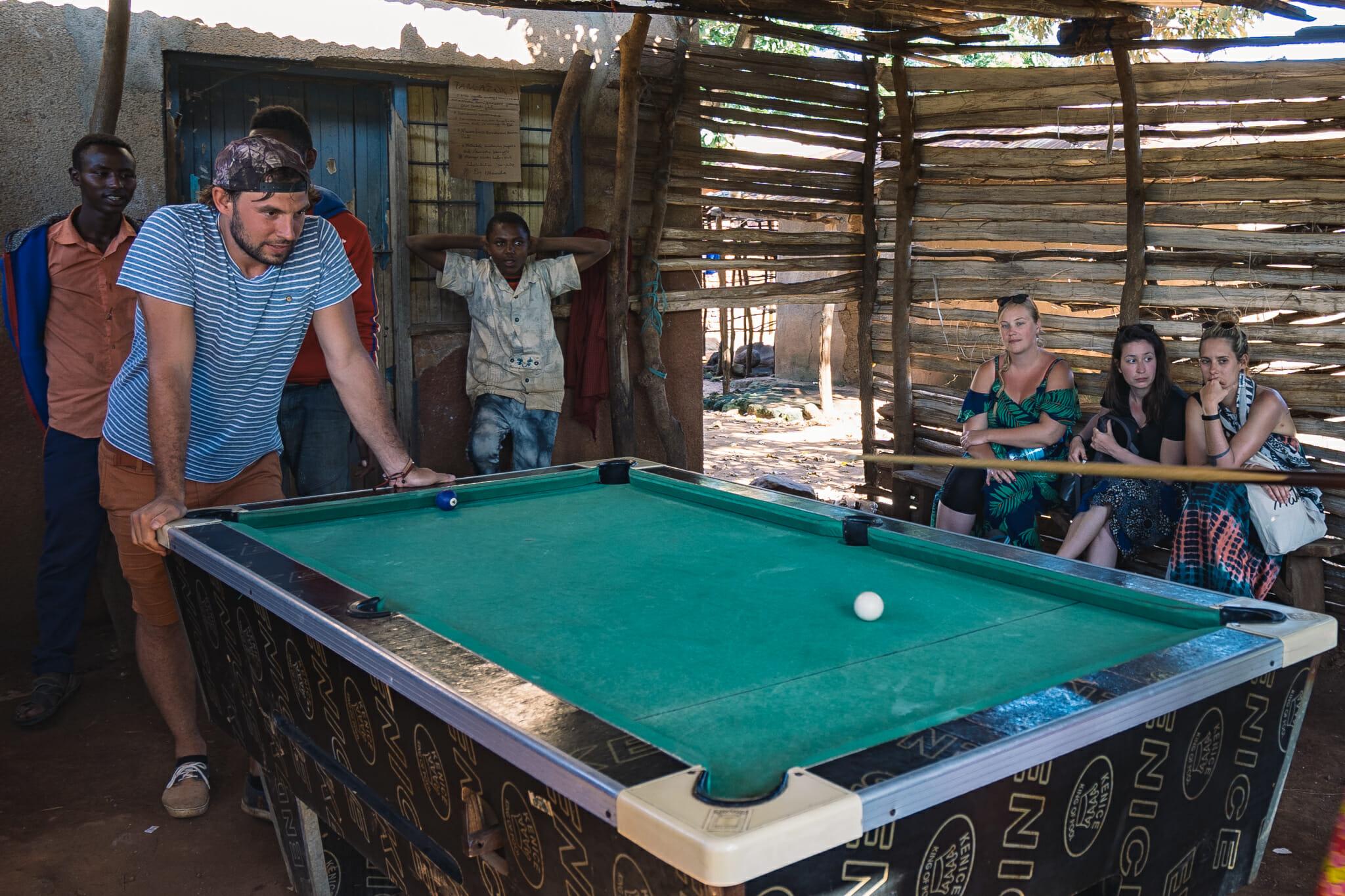 Partie de billard lors de l'immersion dans le village d'Endallah en Tanzanie