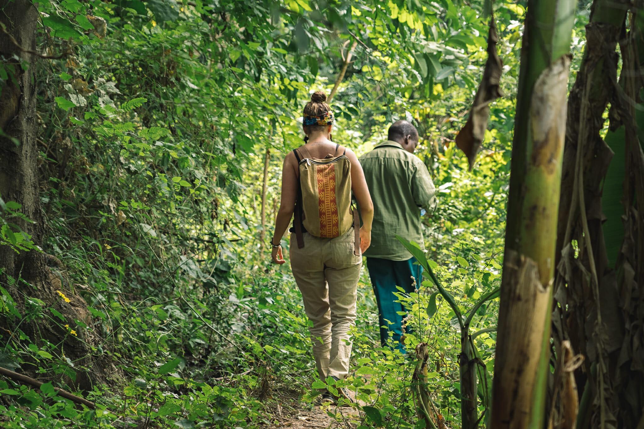Randonnée avec John lors de l'immersion dans le village d'Endallah en Tanzanie