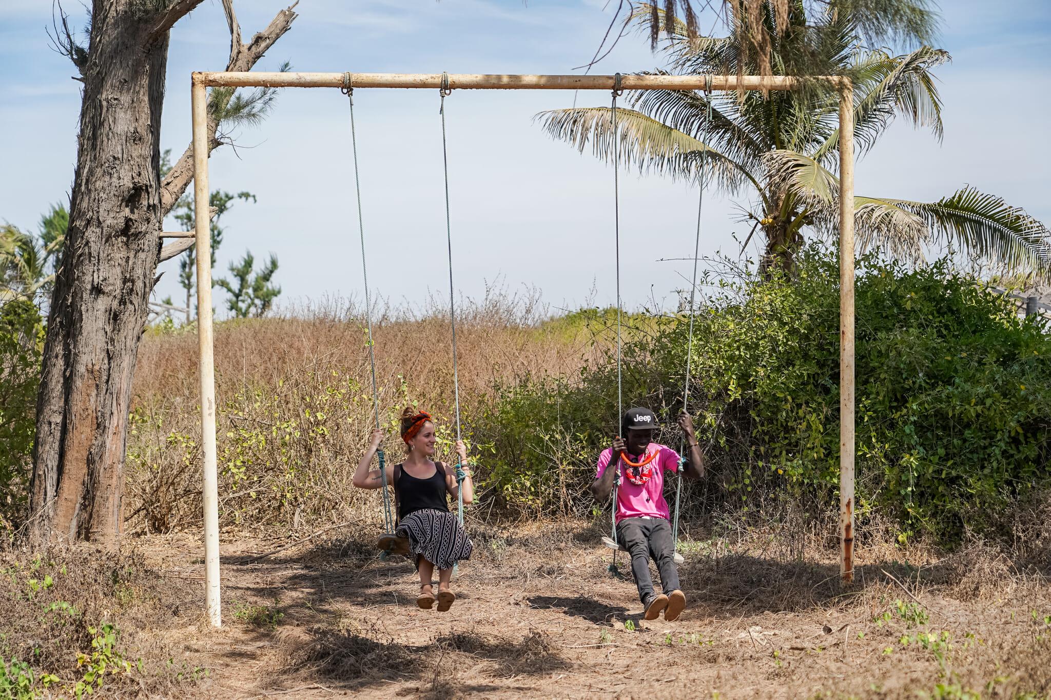 Maryne et un ami sénégalais en plein échange sur une balançoire