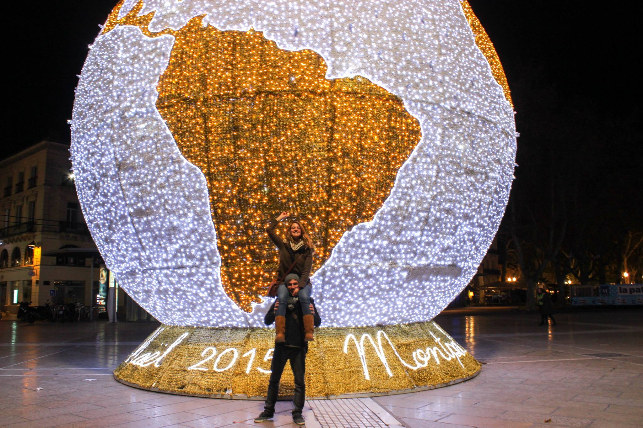 Maryne et Jules devant une illumination représentant l'amérique du sud