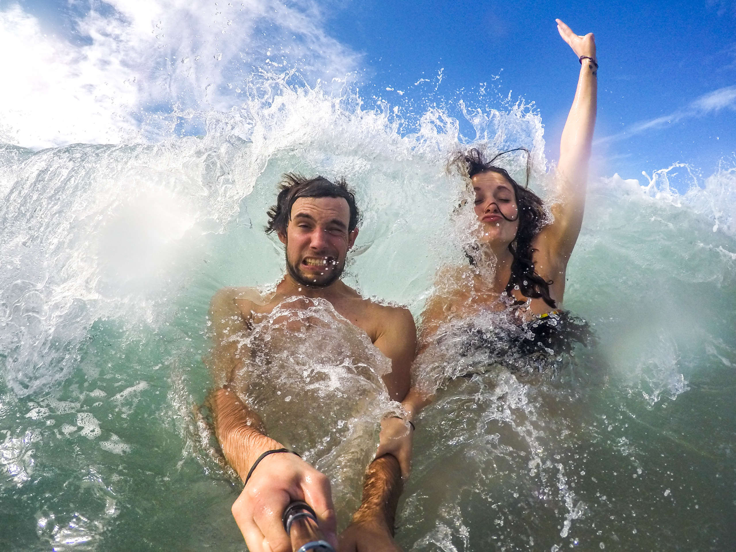 Jules et Maryne éclaboussé par une vague au costa rica
