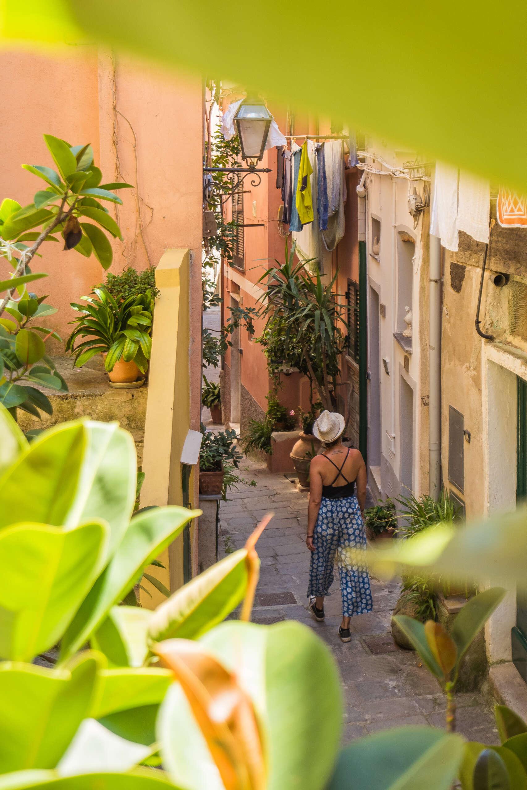 promenade dans le village de vernazza dans les cinque terre