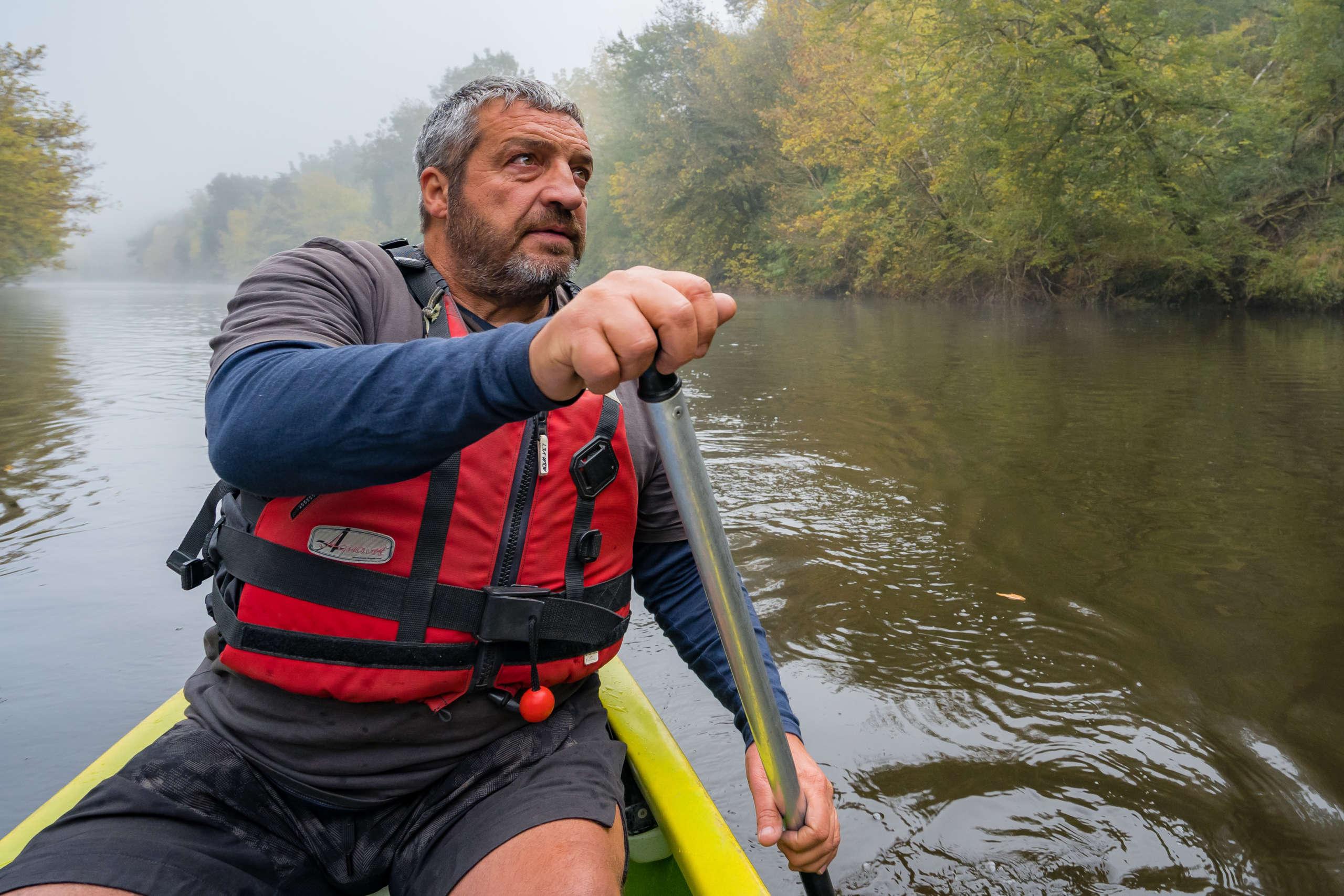 Rencontre avec philippe, loueur de canoé sur la vallée de la vézère en dordogne