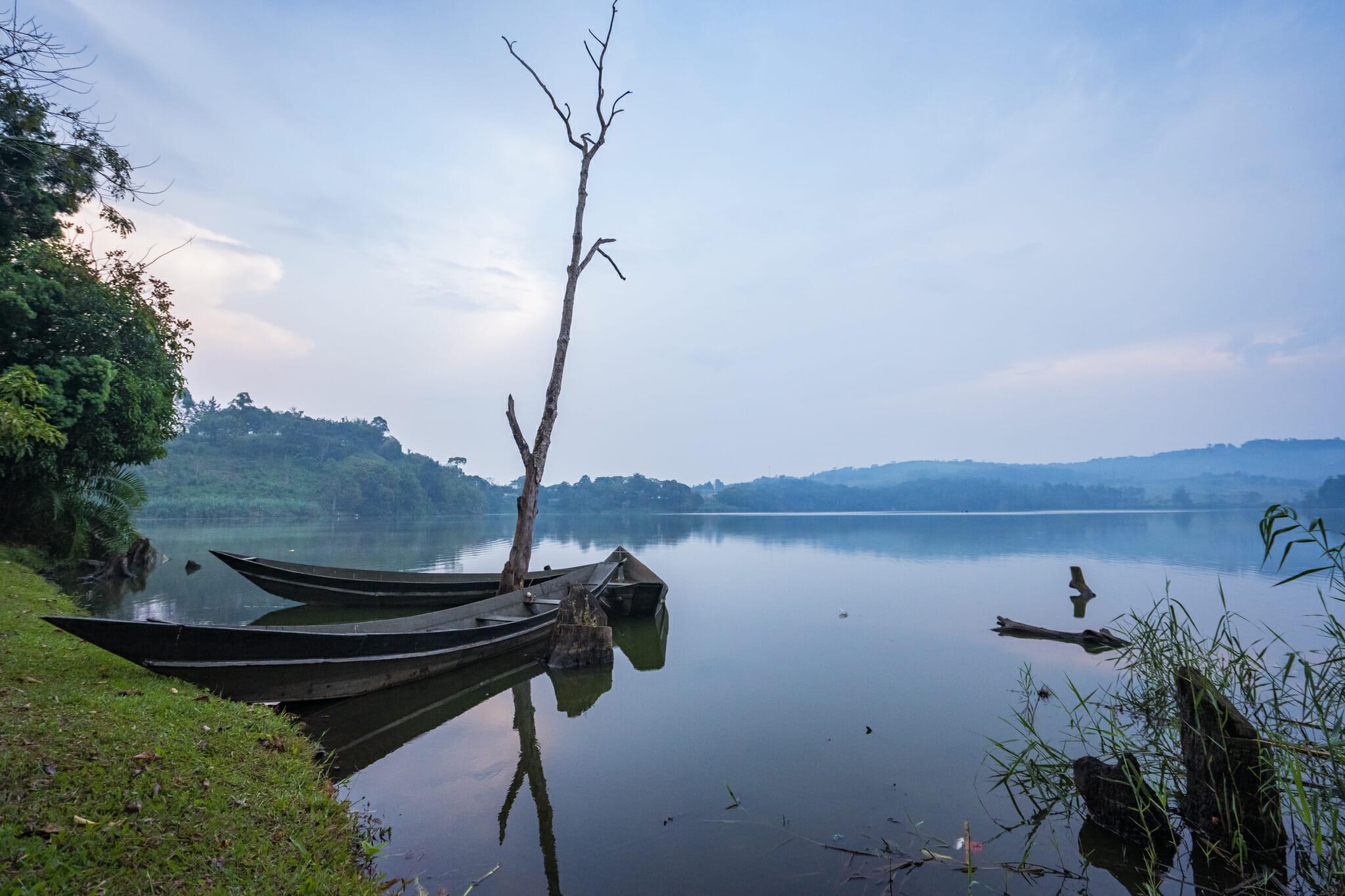 vue sur le lac depuis le logement rweetera park à kibale en ouganda