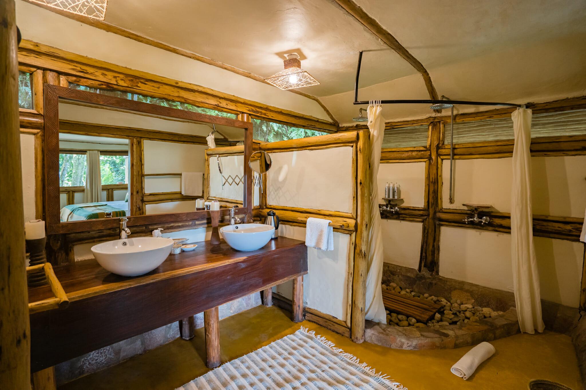 salle de bain du buhoma lodge au coeur de la foret de bwindi en ouganda