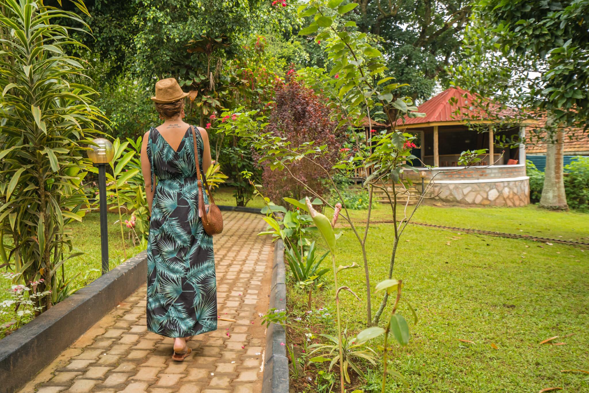 Balade dans le jardin du papyrus guest house à entebbe en ouganda