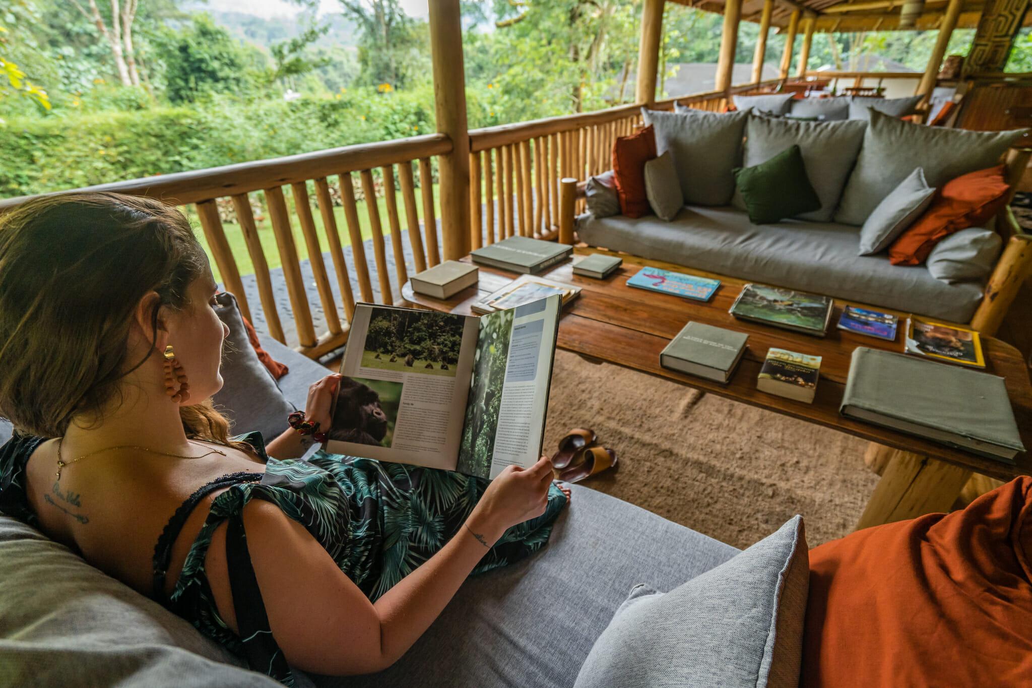lecture sur les grands primates dans le buhoma lodge au coeur de la foret de bwindi