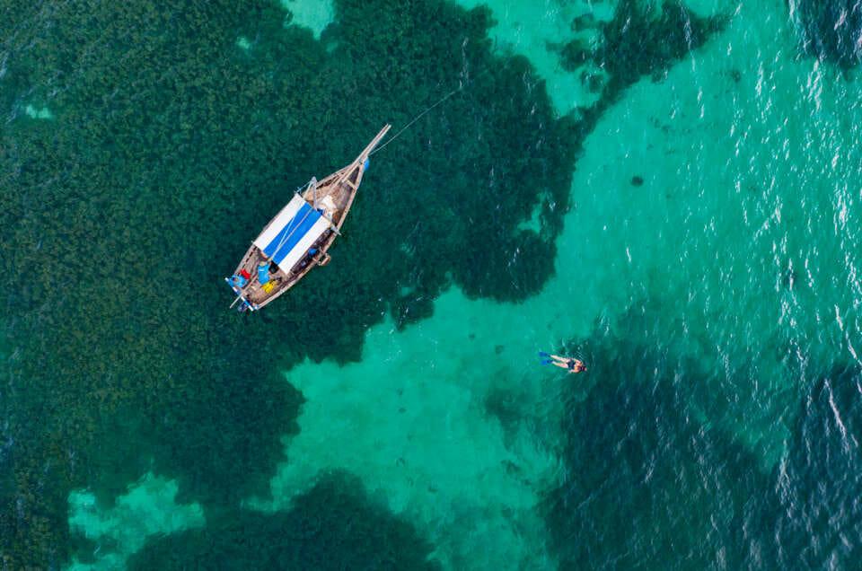 vue de drone sur l'ocean indien à Mafia island