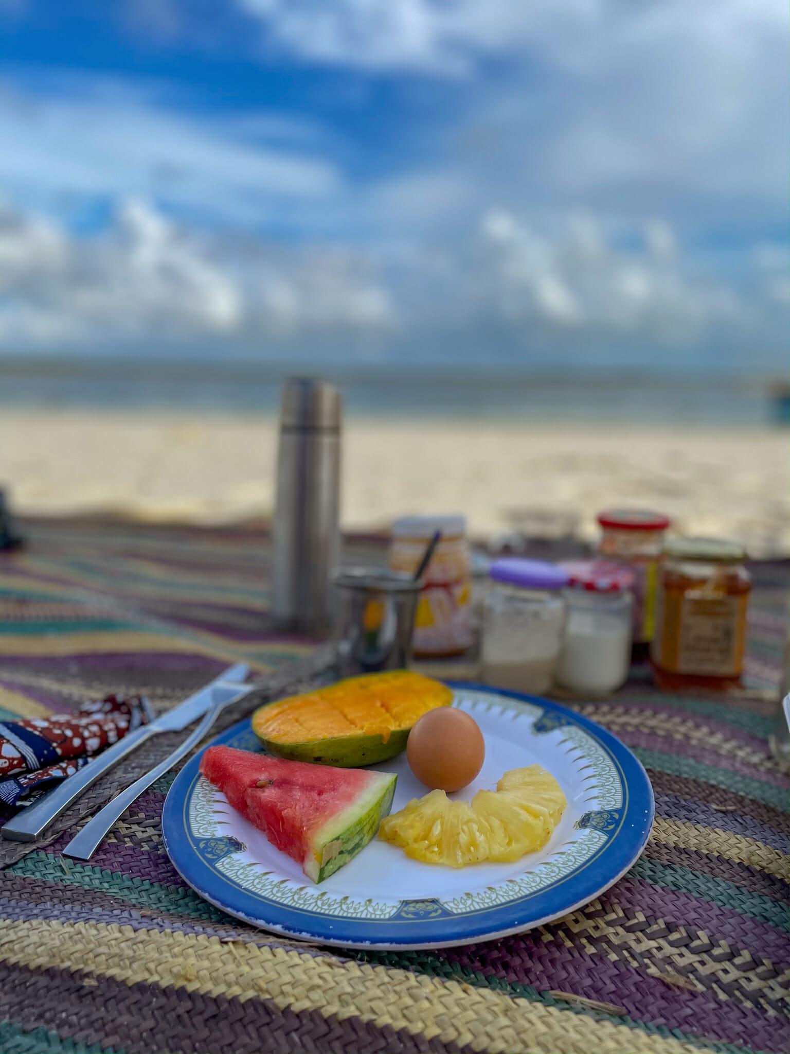 petit dejeuner avec vue sur un banc de sable en plein coeur de Chole island