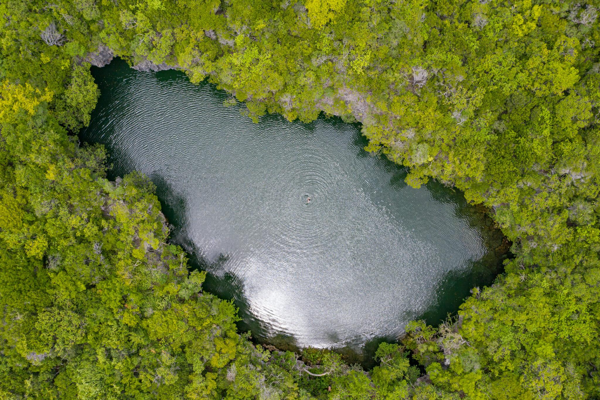 vue de drone sur le trou d'eau douce découvert sur Mafia Island